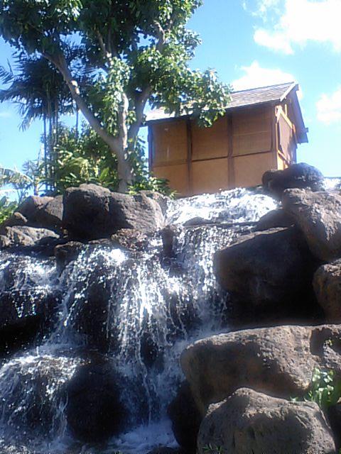 滝のそばのカバナ