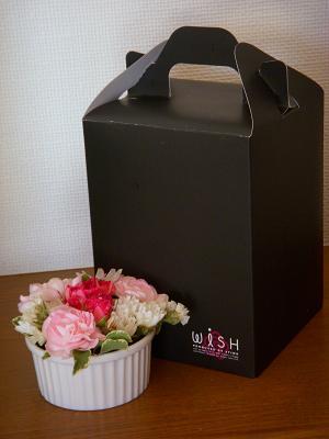 ケーキ箱と花束