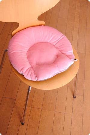 骨盤座ぶとんを椅子の上に・・・
