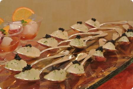 柚子風味白海老のタルタルをスプーンにのせて