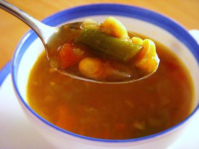 いろいろ野菜のヘルシースープをスプーンで