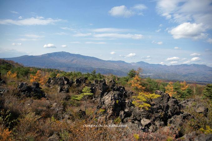 1128-2岩と空
