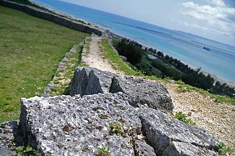 グスク石垣と海