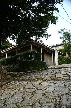 首里石畳と古い家