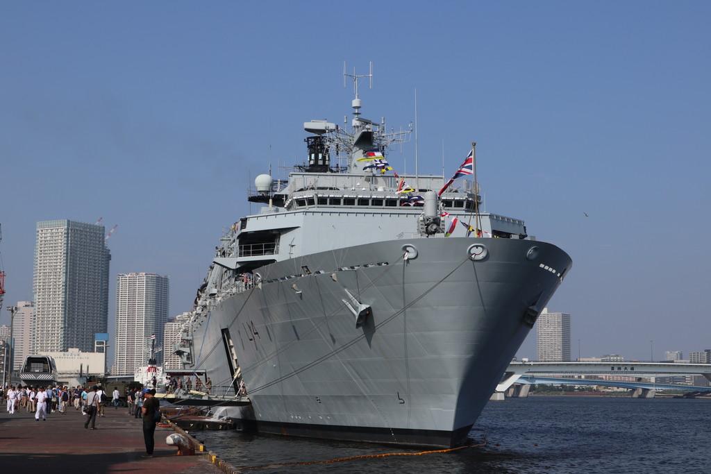 英国海軍揚陸艦アルビオンを現地...