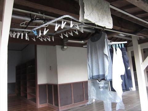 置いてけぼりの洗濯物_s