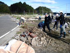作業現場�倒壊した家屋の残骸