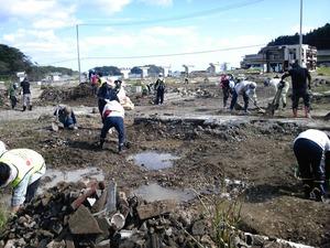 作業現場�土砂の除去勤しむ