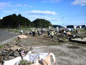 作業現場�瓦礫撤去に勤しむ