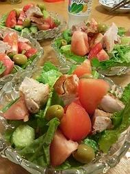 チキンとオリーブとローメインレタスのサラダ