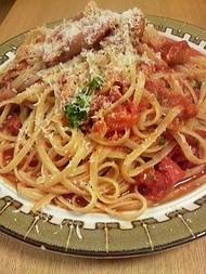 トマトとソーセージとバジルのパスタ