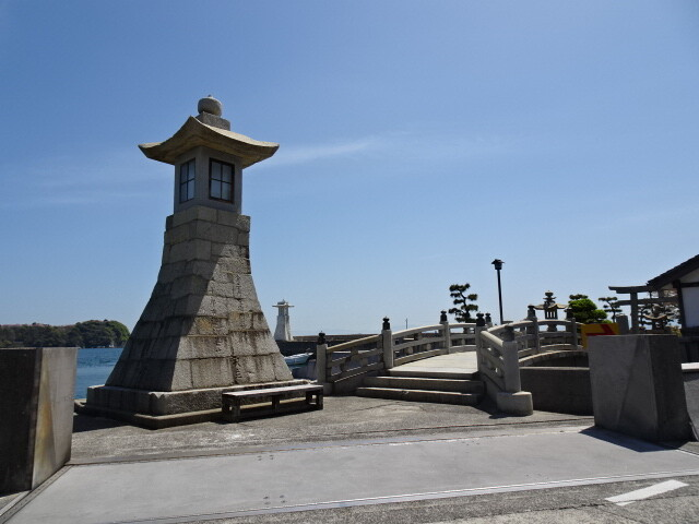 高灯籠と太鼓橋