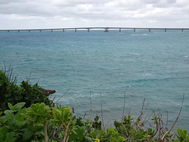 西平安名崎から見た池間大橋