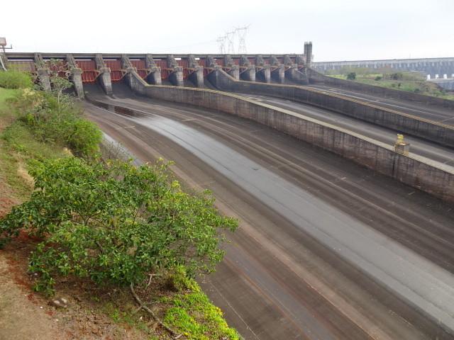 パラグアイ川のっ放水路