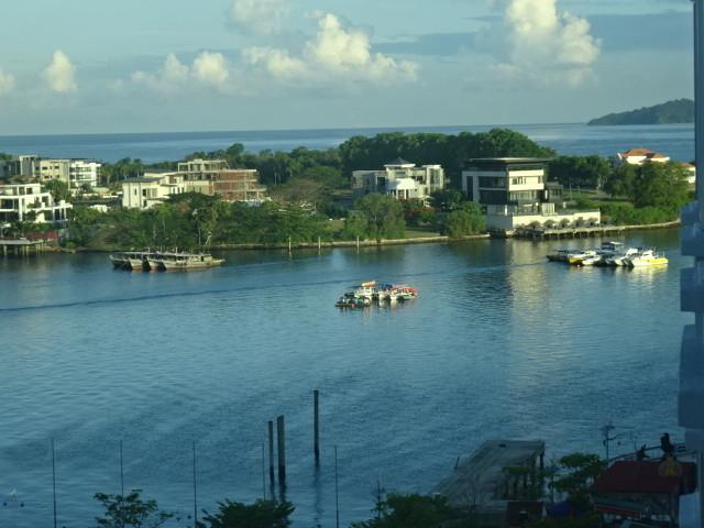 ホテル前の海