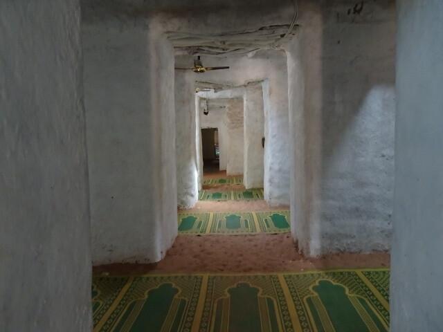 モスクの中は砂