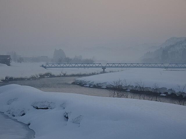 朝の魚野川