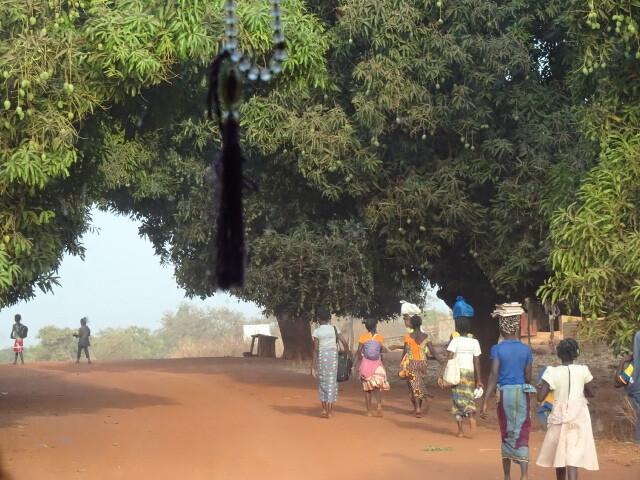 村の通勤風景
