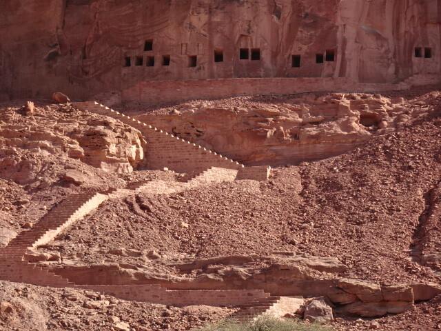 ライオンの岩窟全景