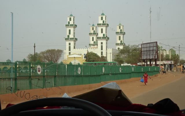 王宮の塀とモスク