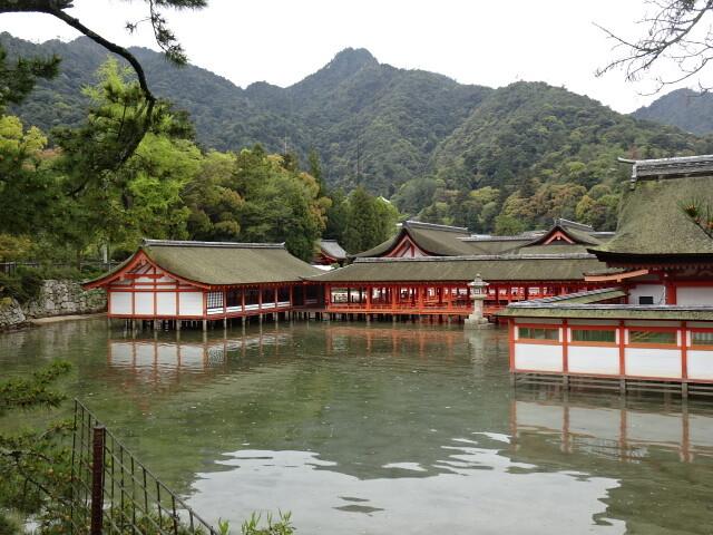 山側から見た神社