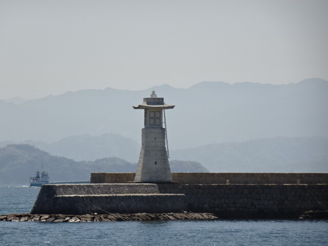 江戸時代の防波堤と石の灯台