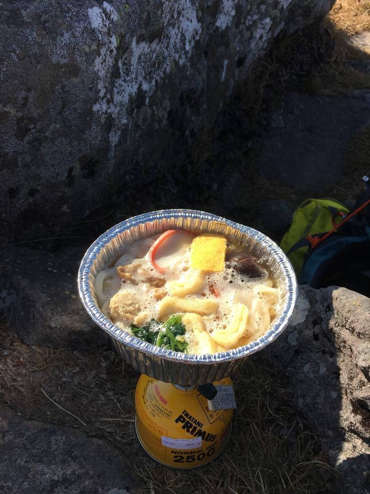 湯の丸山山頂で鍋焼きうどん