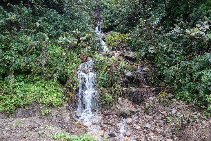 雨飾山荘への山道 川