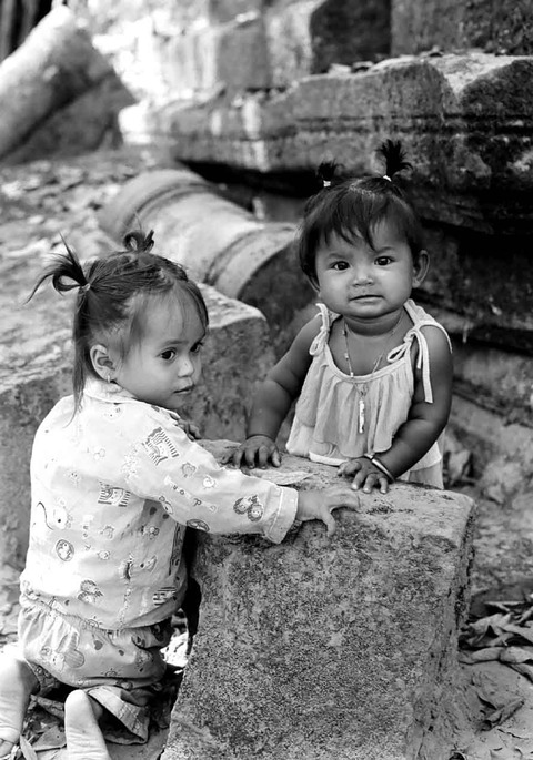 遺跡で遊ぶ少女たち