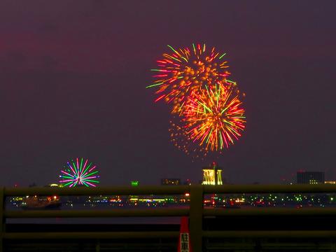 潮見ふ頭に架かる橋の上から見た名古屋みなと祭の花火(追記あり)