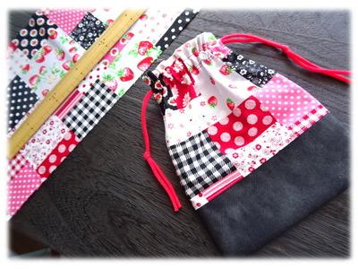 イチゴのパッチワーク柄の布 (1)