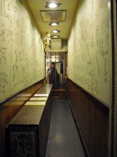 細長い廊下のような通路