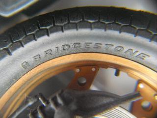 8タイヤにはBRIDGESTONEのロゴ