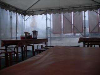 テントの屋根にビニールシートの壁