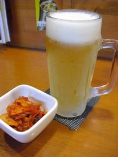 最初に、生ビールとキムチ