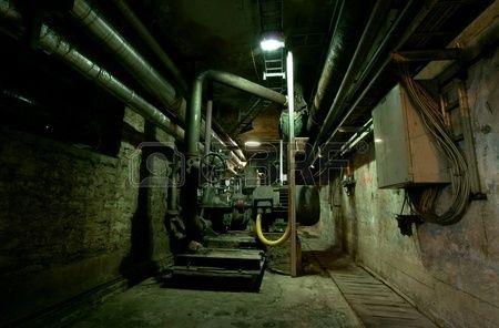 14972828-古い放棄された汚れた空怖い工場内部