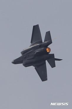 日で組み立てられた最初のF-35Aの試験飛行で緊急着陸
