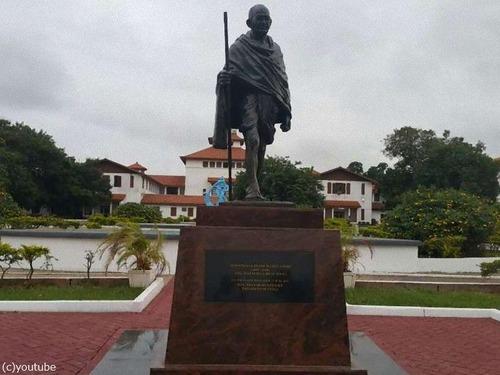 ガーナ大学のマハトマ・ガンディー像「差別主義者である」と撤去00