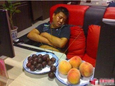 中国のネットカフェでぐっすり眠る人々07