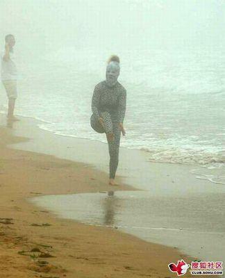 ビーチの視線を一身に浴びる斬新すぎる水着の女性01