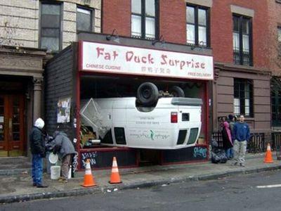 車の事故00 過去にも変わった事故の写真をご紹介したことがありますが、世界中で毎日事... どう