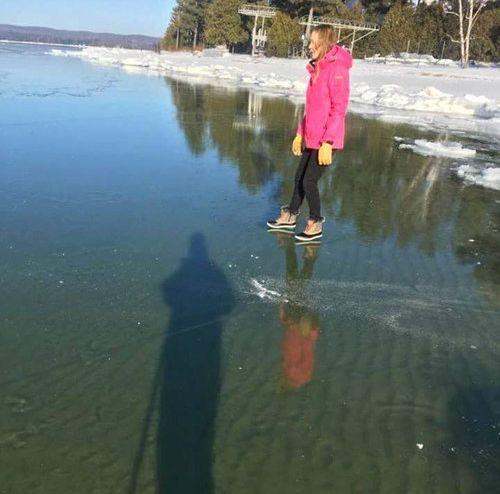 湖を歩く男03