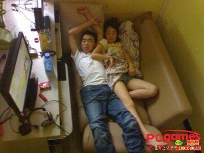 中国のネットカフェでぐっすり眠る人々10