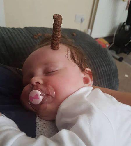 赤ちゃんの頭にシリアル積み05