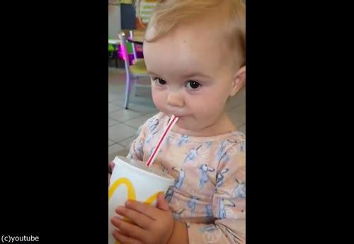 初めてコーラを飲んだ女の子07