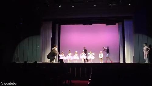 舞台で凍り付いてしまった娘のためにいっしょに踊ったパパ02