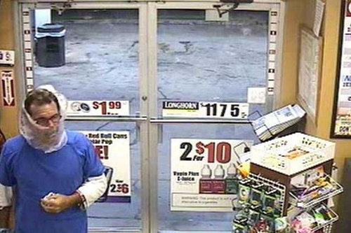 袋で顏を隠したコンビニ強盗、あっさり逮捕02