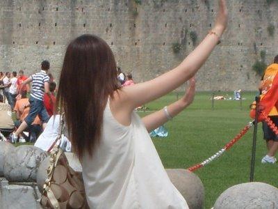 ピサの斜塔の前で記念撮影する観光客、別アングルから見ると…09