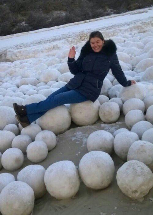 巨大な氷の玉が大量04