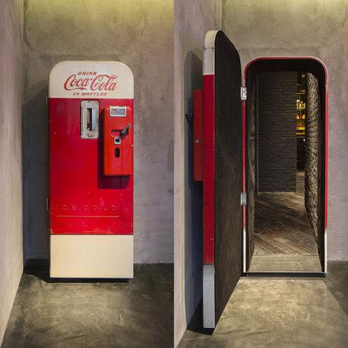 コーラ自販機の裏側には01